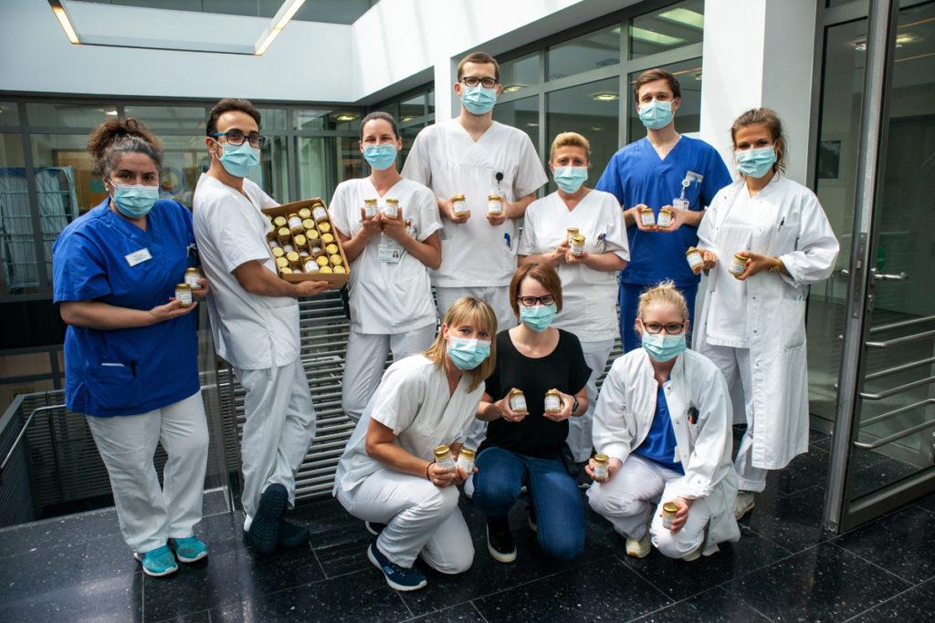 Honig für die Uniklinik Tübingen: Die Pflegekräfte freuen sich.